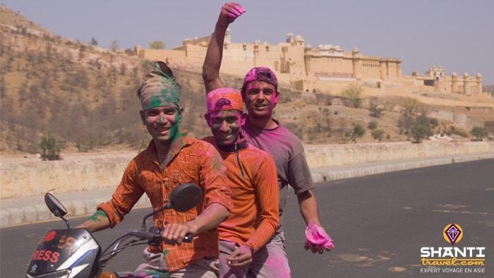Jeunes Indiens fêtant Holi