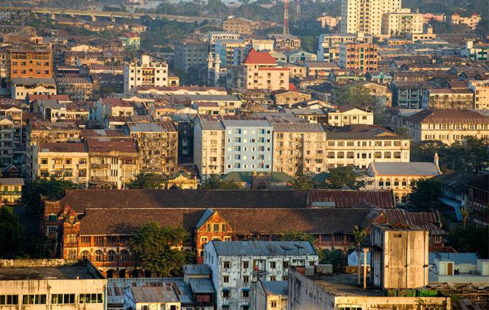 Arrivée à Rangoon, visite de la ville, pagode de Sule, parc Kandawgyi et pagode Shwedagon.